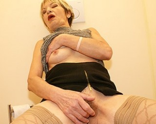 Horny mature slut doing it through the gloryhole